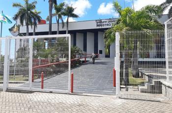 Foto mostra portões dp TRT-RN fechados