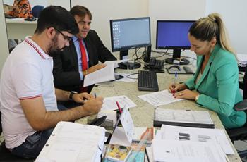 Foto mostra a assinatura de um acordo para pagar precatórios