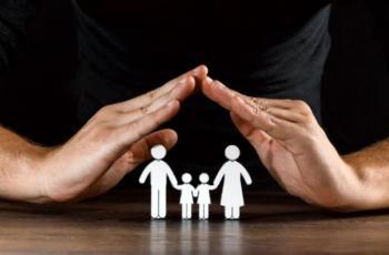 Imagem mostra duas mãos protegendo uma família de forma figurada