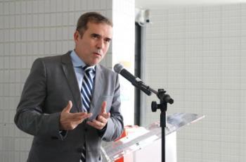 Imagem traz presidente do TRT-RN durante discurso realizado no Tribunal