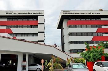 Imagem mostra fachada dos prédios administrativo e das varas do trabalho de Natal