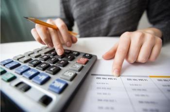 Imagem mostra pessoa fazendo cálculos