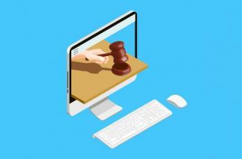 Imagem mostra uma arte de um computador e um martelo em alusão à um arremate de leilão